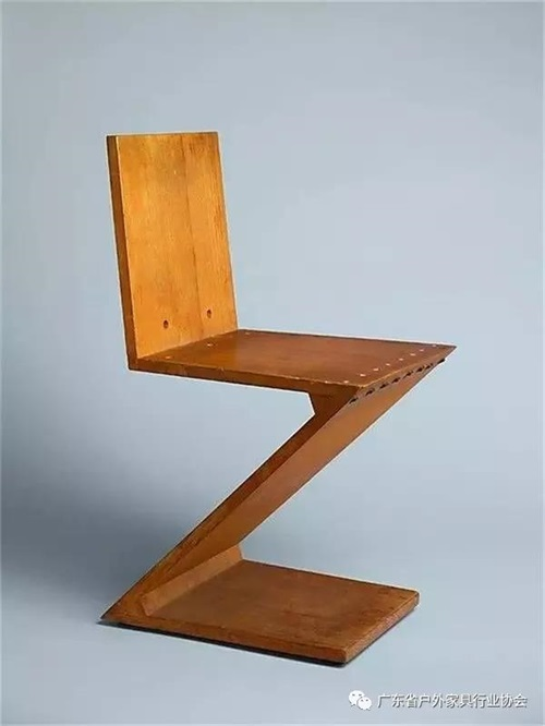 丹麦设计师潘顿毕业于丹麦皇家艺术学院建筑系,曾在雅各布森的设计